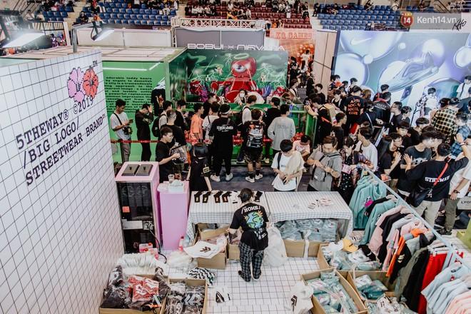 Mặc kệ nắng nóng, hàng ngàn bạn trẻ Sài Gòn vẫn rồng rắn xếp hàng để tham dự ngày hội sneaker lớn nhất trong năm - Ảnh 24.
