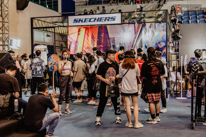 Mặc kệ nắng nóng, hàng ngàn bạn trẻ Sài Gòn vẫn rồng rắn xếp hàng để tham dự ngày hội sneaker lớn nhất trong năm - Ảnh 25.