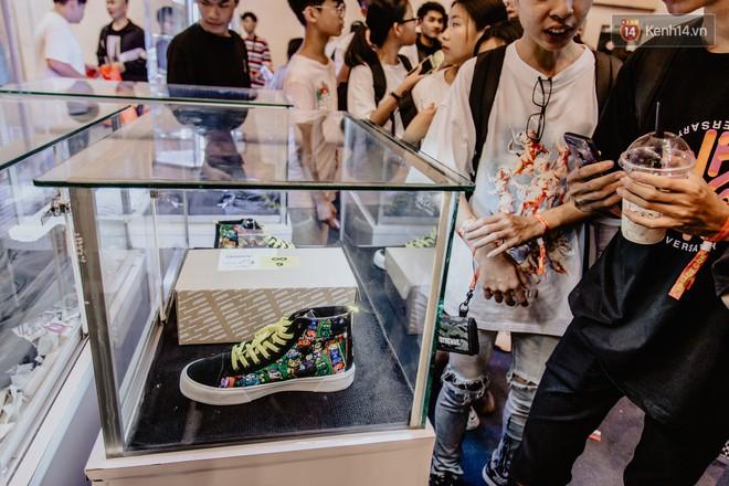 Mặc kệ nắng nóng, hàng ngàn bạn trẻ Sài Gòn vẫn rồng rắn xếp hàng để tham dự ngày hội sneaker lớn nhất trong năm - Ảnh 27.