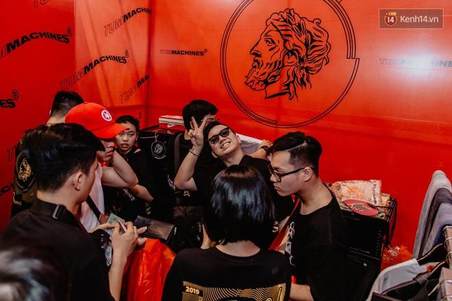 Mặc kệ nắng nóng, hàng ngàn bạn trẻ Sài Gòn vẫn rồng rắn xếp hàng để tham dự ngày hội sneaker lớn nhất trong năm - Ảnh 31.