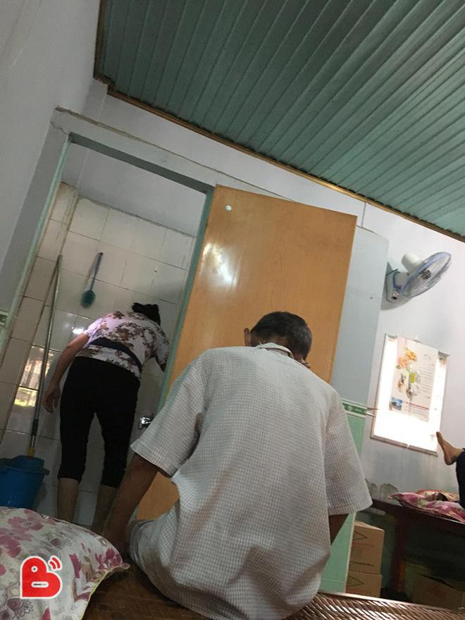 Nằm viện, ông bố lỡ đi vệ sinh trên sàn, câu nói của người con gái gây xúc động - ảnh 1