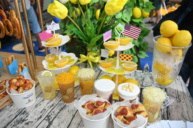 Người dân xếp hàng ăn bánh Auntie Annes nổi tiếng nước Mỹ vừa về Việt Nam - Ảnh 7.