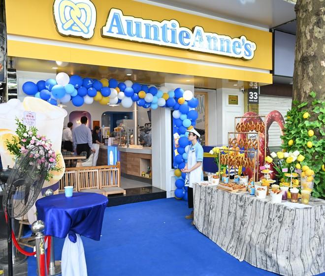 Người dân xếp hàng ăn bánh Auntie Annes nổi tiếng nước Mỹ vừa về Việt Nam - Ảnh 9.