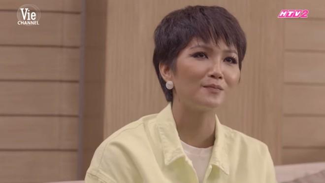 H'Hen Niê: Không bạn thân showbiz, khùng khùng, chia tay bạn trai vì khuyên bôi kem cho mặt trắng hơn - Ảnh 3.