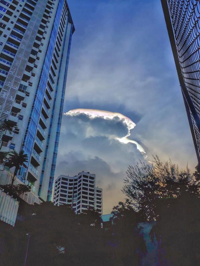 Cư dân mạng Malaysia hào hứng chia sẻ những bức ảnh về đám mây hào quang kỳ lạ - Ảnh 2.