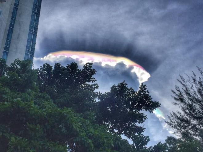 Cư dân mạng Malaysia hào hứng chia sẻ những bức ảnh về đám mây hào quang kỳ lạ - Ảnh 3.