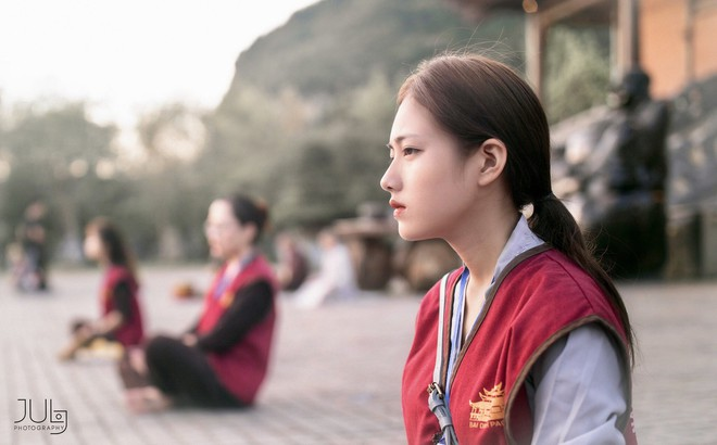 """Lên chùa tu, nữ sinh Ninh Bình """"gây sốt"""" khi tình cờ lọt vào ống kính nhiếp ảnh"""