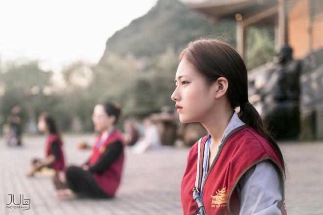 Lên chùa tu hành, nữ sinh Ninh Bình khiến gây sốt khi tình cờ lọt vào ống kính nhiếp ảnh - Ảnh 2.