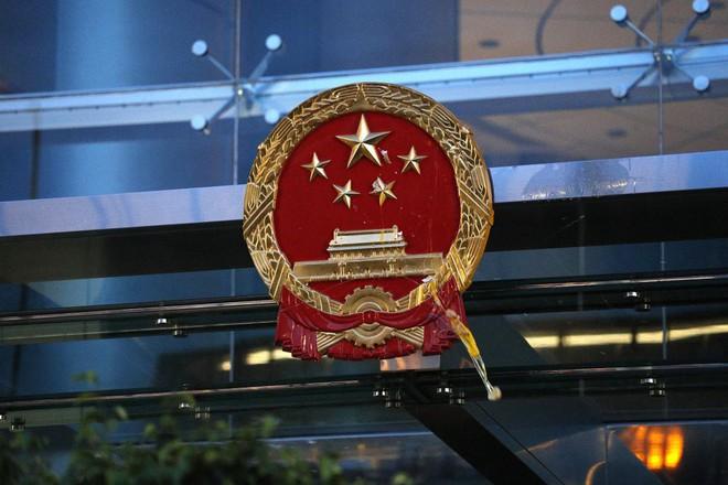 Quốc huy bị vấy bẩn phải thay giữa đêm, TQ sôi gan thề ăn thua đủ với người biểu tình Hồng Kông - Ảnh 2.
