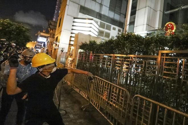 Quốc huy bị vấy bẩn phải thay giữa đêm, TQ sôi gan thề ăn thua đủ với người biểu tình Hồng Kông - Ảnh 5.