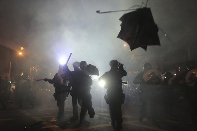 Quốc huy bị vấy bẩn phải thay giữa đêm, TQ sôi gan thề ăn thua đủ với người biểu tình Hồng Kông - Ảnh 6.