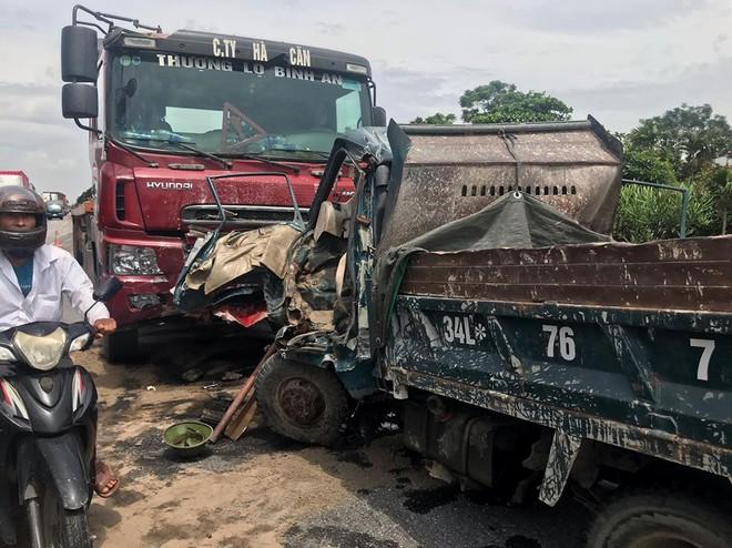 Quốc lộ 5 ùn tắc hơn 10km sau vụ tai nạn, tài xế tắt máy xuống lề đường ngồi tránh nóng - Ảnh 17.