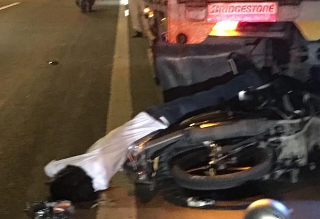 Tông vào xe tải nổ lốp dừng trên cầu Cần Thơ, nam thanh niên tử vong tại chỗ - Ảnh 1.