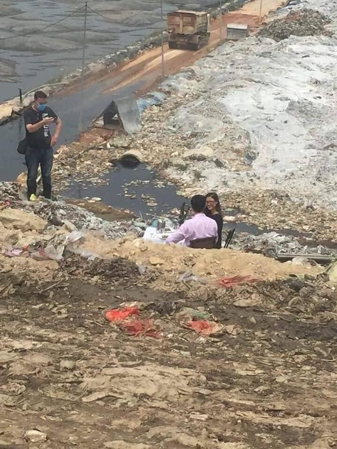 Cặp nam nữ đặt bàn, uống rượu vang ở bãi rác Nam Sơn khiến nhiều người khó hiểu - Ảnh 2.