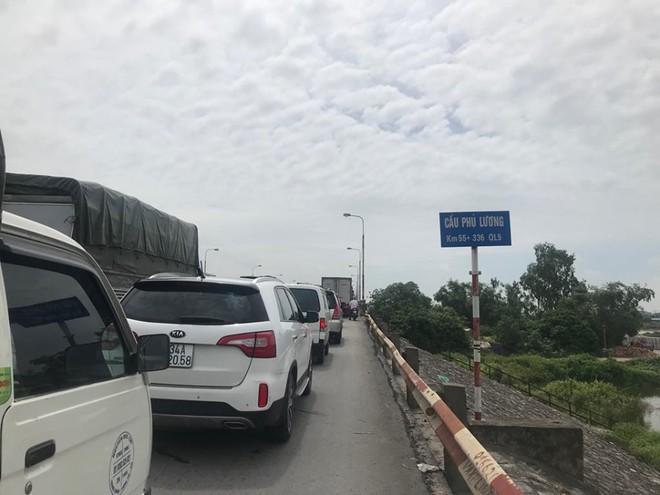 Quốc lộ 5 ùn tắc hơn 10km sau vụ tai nạn, tài xế tắt máy xuống lề đường ngồi tránh nóng - Ảnh 2.