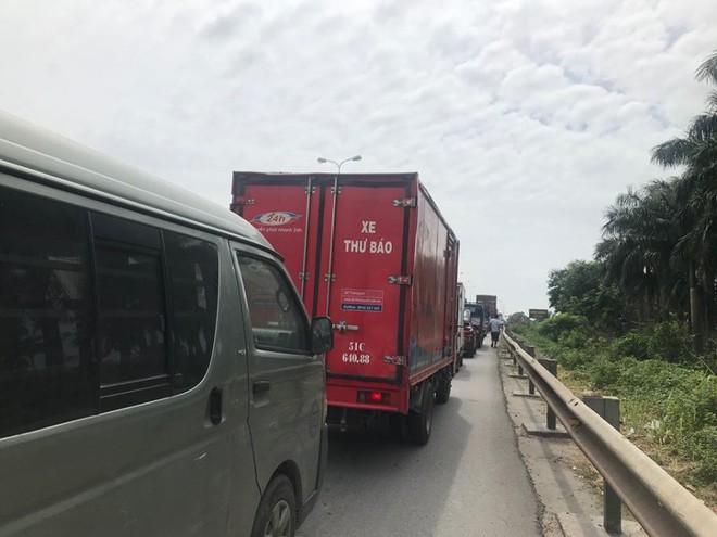 Quốc lộ 5 ùn tắc hơn 10km sau vụ tai nạn, tài xế tắt máy xuống lề đường ngồi tránh nóng - Ảnh 3.