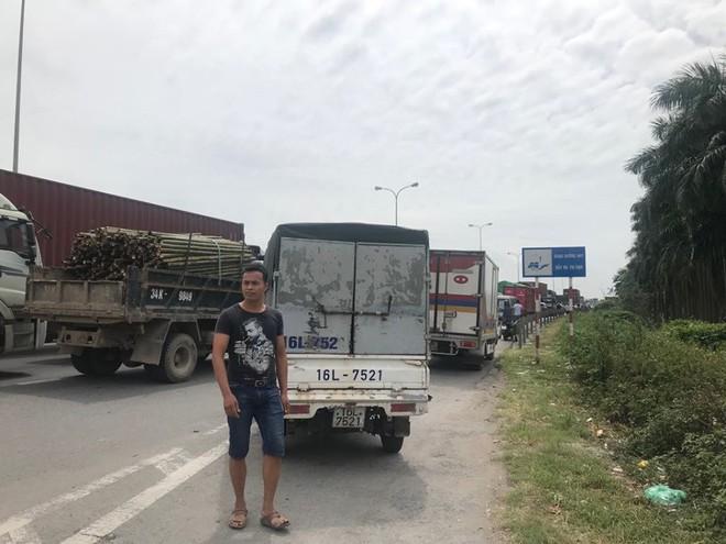 Quốc lộ 5 ùn tắc hơn 10km sau vụ tai nạn, tài xế tắt máy xuống lề đường ngồi tránh nóng - Ảnh 4.