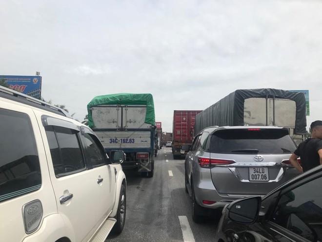 Quốc lộ 5 ùn tắc hơn 10km sau vụ tai nạn, tài xế tắt máy xuống lề đường ngồi tránh nóng - Ảnh 9.