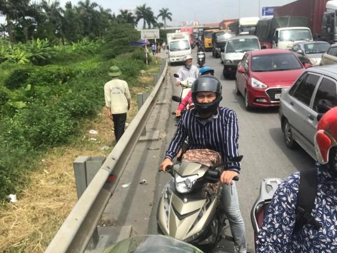 Quốc lộ 5 ùn tắc hơn 10km sau vụ tai nạn, tài xế tắt máy xuống lề đường ngồi tránh nóng - Ảnh 10.