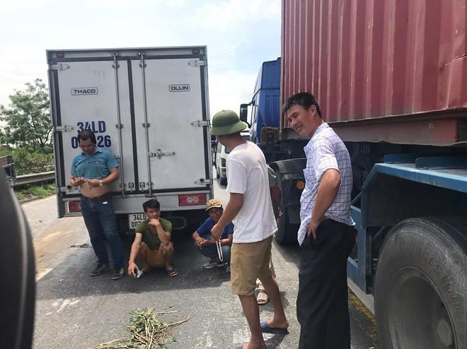 Quốc lộ 5 ùn tắc hơn 10km sau vụ tai nạn, tài xế tắt máy xuống lề đường ngồi tránh nóng - Ảnh 7.