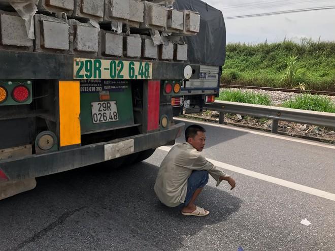 Quốc lộ 5 ùn tắc hơn 10km sau vụ tai nạn, tài xế tắt máy xuống lề đường ngồi tránh nóng - Ảnh 8.