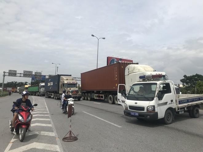 Quốc lộ 5 ùn tắc hơn 10km sau vụ tai nạn, tài xế tắt máy xuống lề đường ngồi tránh nóng - Ảnh 11.