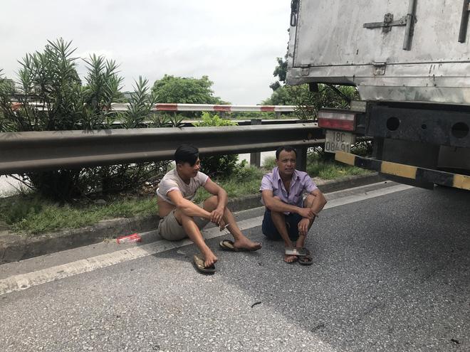 Quốc lộ 5 ùn tắc hơn 10km sau vụ tai nạn, tài xế tắt máy xuống lề đường ngồi tránh nóng - Ảnh 5.