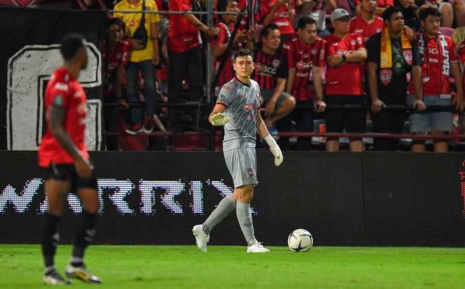 """Fan Thái Lan phản ứng bất ngờ khi đội bóng Thái """"giúp"""" Việt Nam """"nâng cấp"""" Đặng Văn Lâm"""