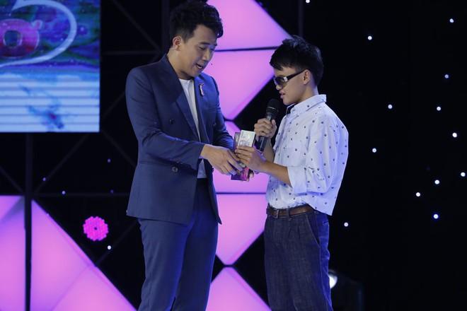 Trấn Thành tặng kính 20 triệu và 5 triệu tiền mặt cho chàng trai khiếm thị 17 tuổi - Ảnh 8.