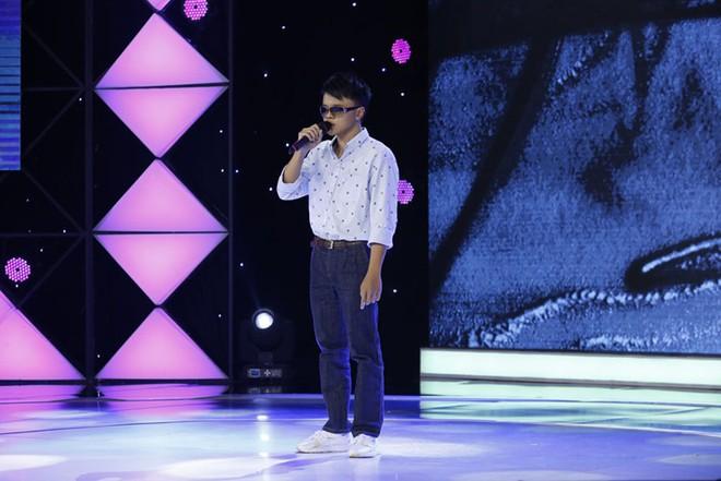 Trấn Thành tặng kính 20 triệu và 5 triệu tiền mặt cho chàng trai khiếm thị 17 tuổi - Ảnh 1.