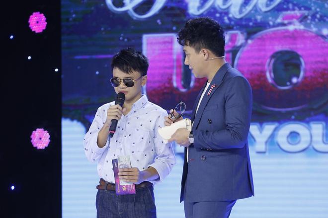 Trấn Thành tặng kính 20 triệu và 5 triệu tiền mặt cho chàng trai khiếm thị 17 tuổi - Ảnh 9.