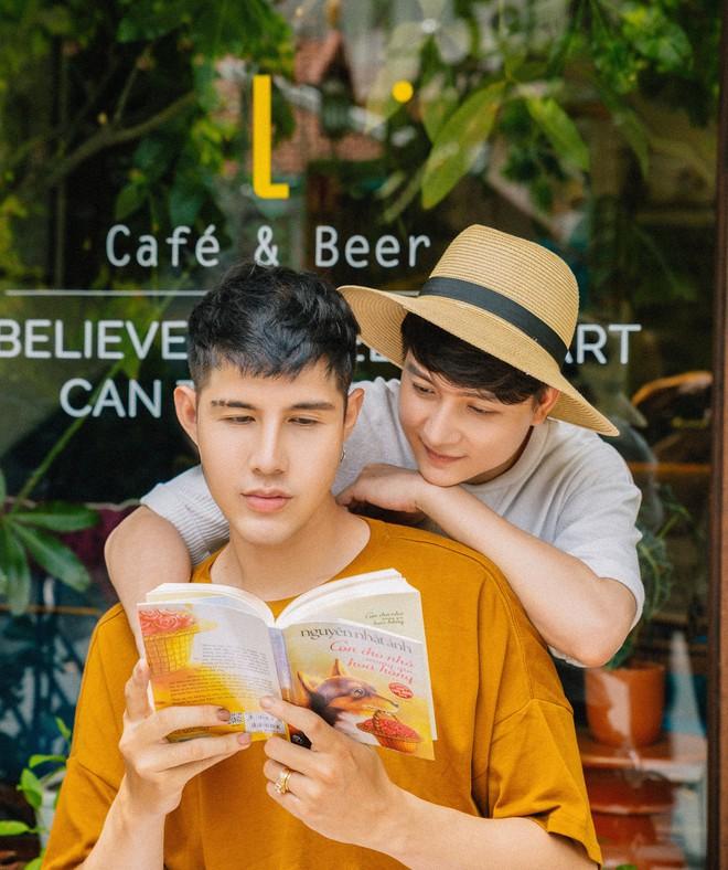 Mĩ nam bị cách ly vì yêu người đồng giới, tiết lộ lí do luôn mang bao cao su trong ví - Ảnh 1.