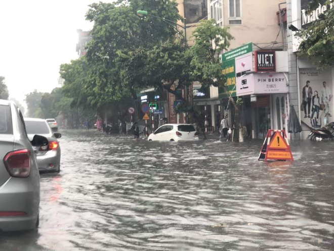 Hà Nội: Nhiều tuyến phố ngập sâu sau cơn mưa lớn - Ảnh 1.