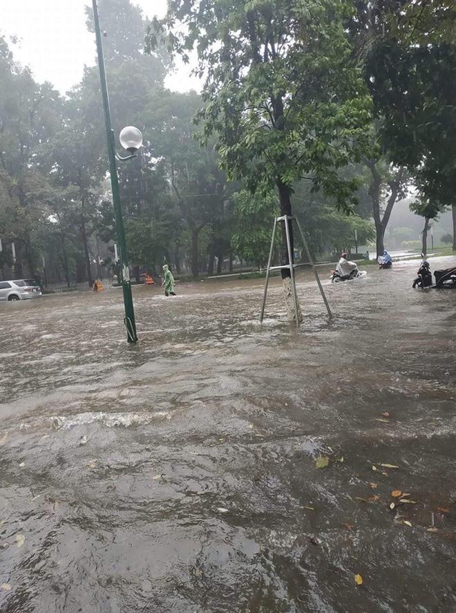 Hà Nội: Nhiều tuyến phố ngập sâu sau cơn mưa lớn - Ảnh 2.