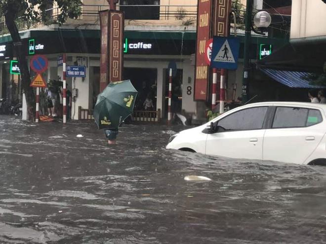 Hà Nội: Nhiều tuyến phố ngập sâu sau cơn mưa lớn - Ảnh 3.