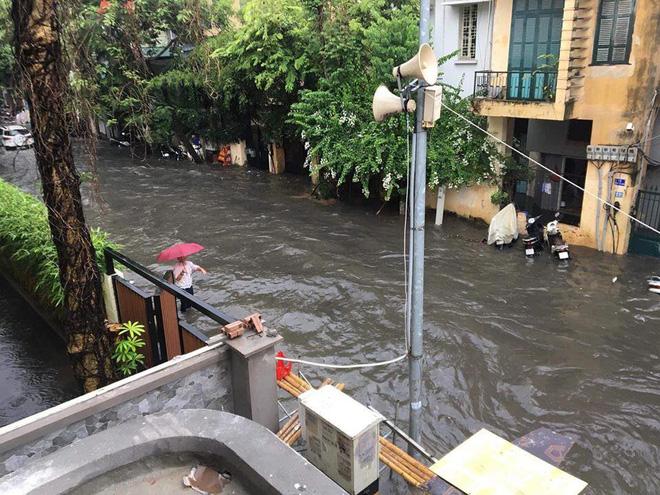 Hà Nội: Nhiều tuyến phố ngập sâu sau cơn mưa lớn - Ảnh 4.
