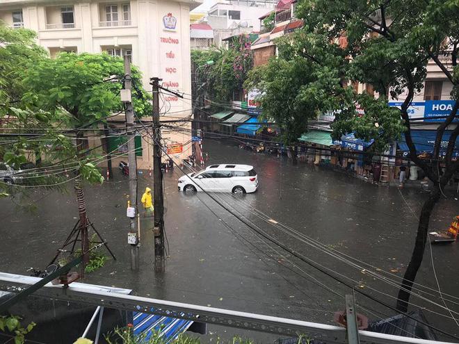 Hà Nội: Nhiều tuyến phố ngập sâu sau cơn mưa lớn - Ảnh 5.