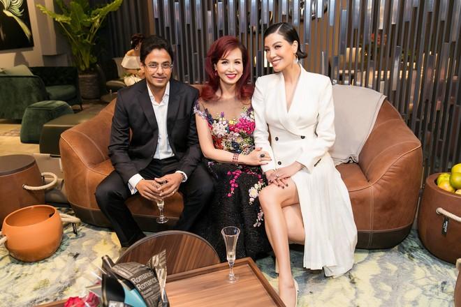 Lần hiếm hoi chồng Ấn Độ, gắn bó suốt 25 năm đi sự kiện cùng Hoa hậu Diệu Hoa - Ảnh 2.