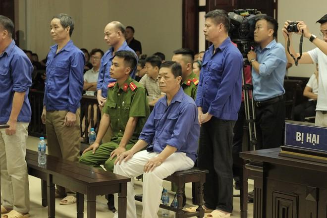 Xét xử ông trùm bảo kê chợ Long Biên: Bị hại hoảng sợ, khóc nức nở khi thấy Hưng kính - Ảnh 7.