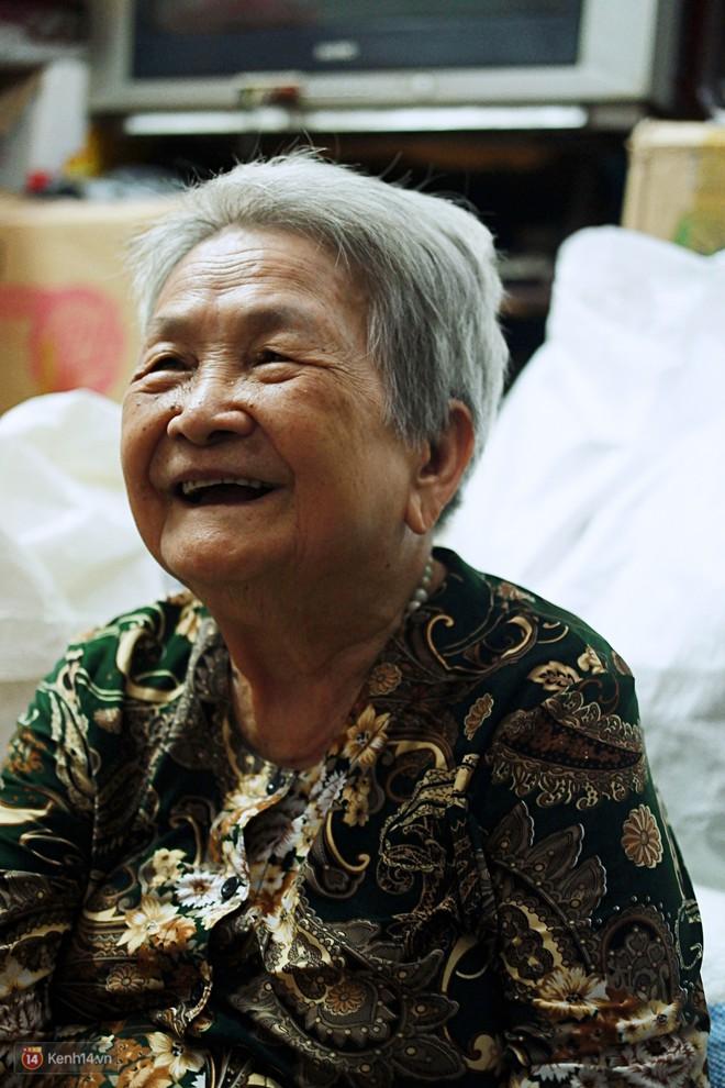 Chuyện 2 bà Bông - Hoa cuối đời rủ nhau góp áo làm từ thiện: Lên Sài Gòn thăm cháu, thấy bà sui làm nên mình làm theo cho đến giờ - Ảnh 1.
