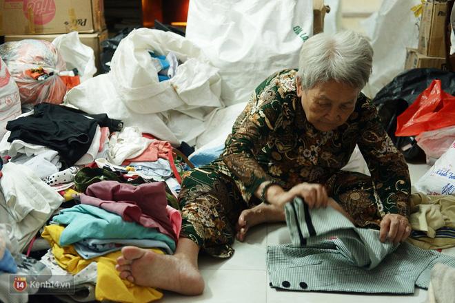 Chuyện 2 bà Bông - Hoa cuối đời rủ nhau góp áo làm từ thiện: Lên Sài Gòn thăm cháu, thấy bà sui làm nên mình làm theo cho đến giờ - Ảnh 2.