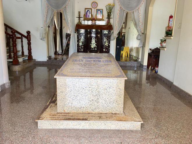 Ngôi mộ nằm giữa phòng khách trong căn biệt thự ở Bến Tre - Ảnh 1.
