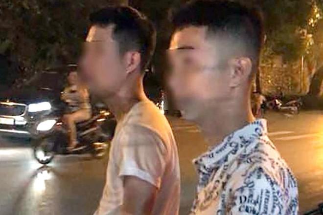 Công an truy tìm 5 thanh niên trêu ghẹo rồi đánh hội đồng 2 chị em gái ở Hà Nội - Ảnh 2.