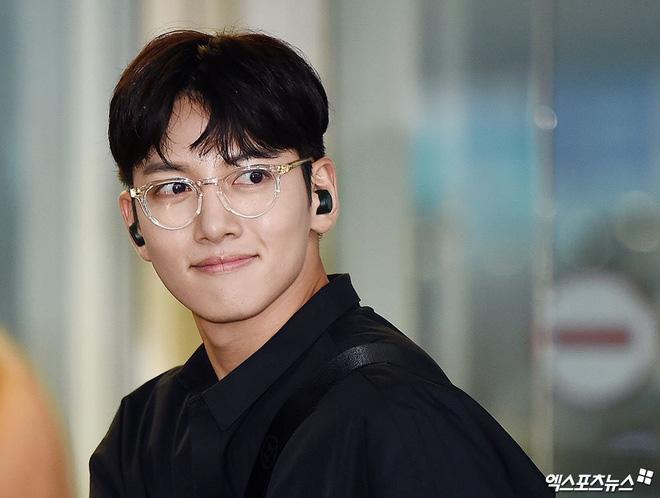 Tài tử Hoàng hậu Ki Ji Chang Wook đẹp trai ngỡ ngàng tại sân bay Hàn, chuẩn bị đến Hà Nội trong vài tiếng nữa - Ảnh 1.
