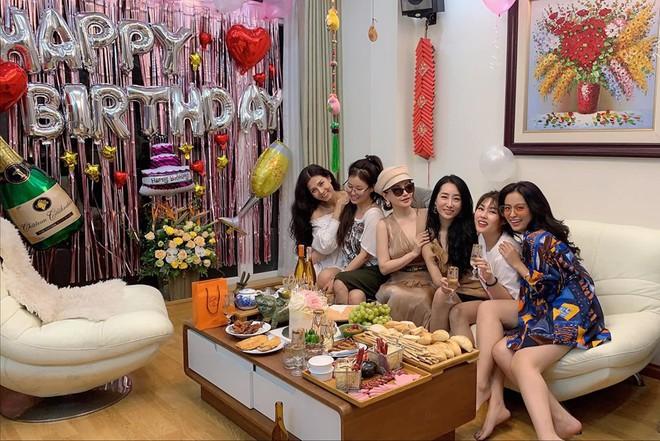 Xuất hiện thêm hội bạn thân siêu chất của showbiz Việt: Quy tụ toàn đại gia ngầm, nhan sắc nóng bỏng không phải dạng vừa đâu - Ảnh 17.
