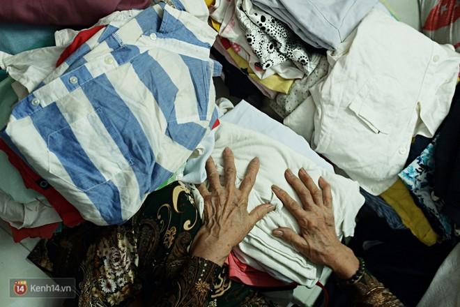 Chuyện 2 bà Bông - Hoa cuối đời rủ nhau góp áo làm từ thiện: Lên Sài Gòn thăm cháu, thấy bà sui làm nên mình làm theo cho đến giờ - Ảnh 3.