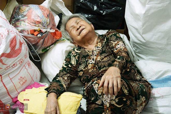 Chuyện 2 bà Bông - Hoa cuối đời rủ nhau góp áo làm từ thiện: Lên Sài Gòn thăm cháu, thấy bà sui làm nên mình làm theo cho đến giờ - Ảnh 5.