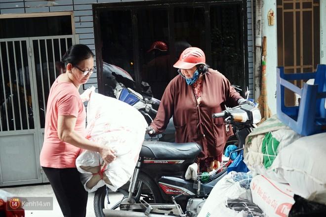 Chuyện 2 bà Bông - Hoa cuối đời rủ nhau góp áo làm từ thiện: Lên Sài Gòn thăm cháu, thấy bà sui làm nên mình làm theo cho đến giờ - Ảnh 6.