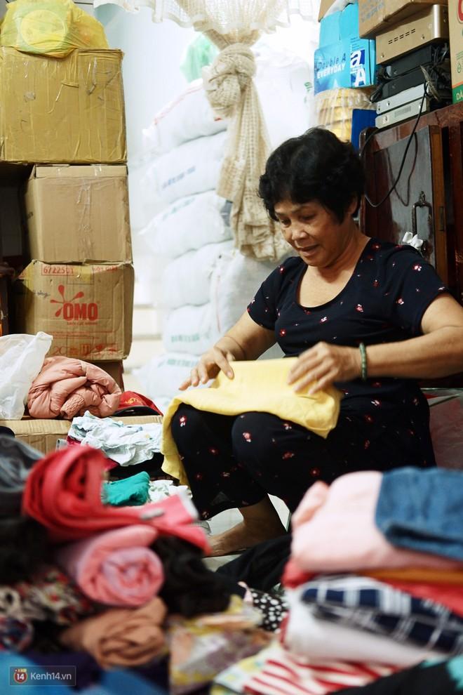 Chuyện 2 bà Bông - Hoa cuối đời rủ nhau góp áo làm từ thiện: Lên Sài Gòn thăm cháu, thấy bà sui làm nên mình làm theo cho đến giờ - Ảnh 9.
