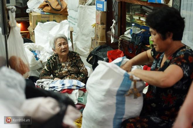 Chuyện 2 bà Bông - Hoa cuối đời rủ nhau góp áo làm từ thiện: Lên Sài Gòn thăm cháu, thấy bà sui làm nên mình làm theo cho đến giờ - Ảnh 10.